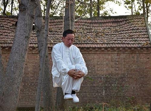 رفتار عجیب مرد چینی برای انجام حرکات رزمی