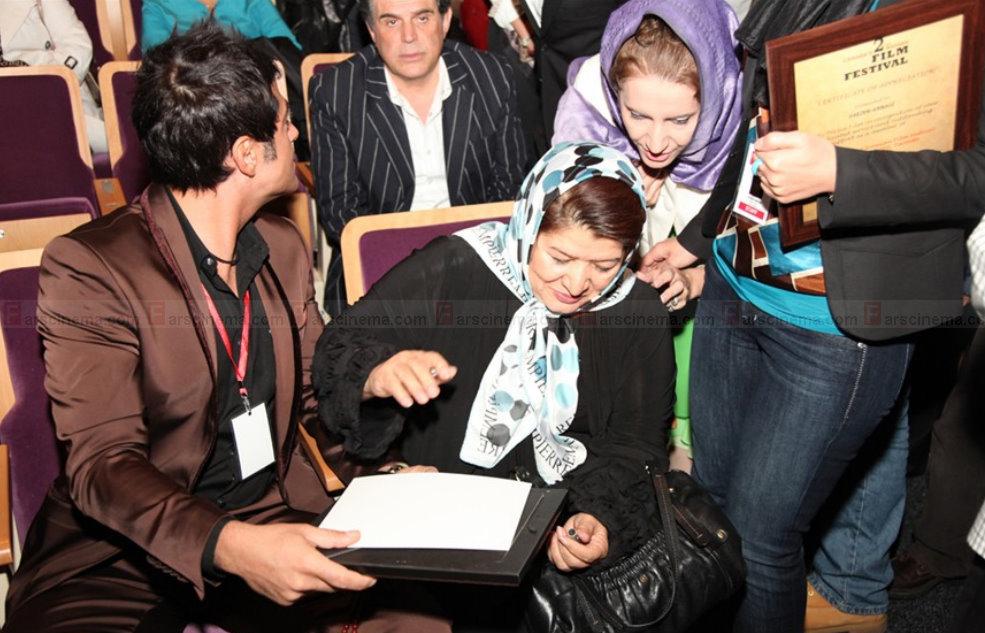 عکس محمدرضا گلزار درحال امضا دادن