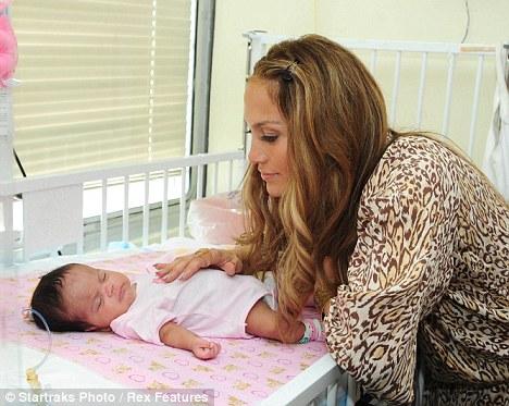 عکس های بازدید جنیفر لوپز از بیمارستان کودکان