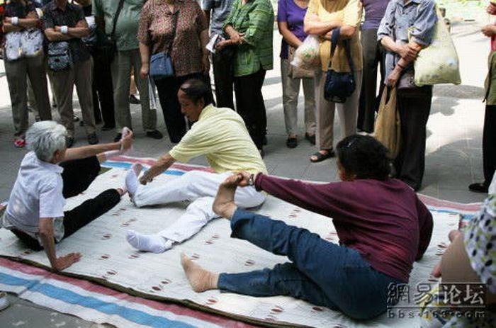 پیر زن یوگا كار با بدنی انعطاف پذیر (عکس)