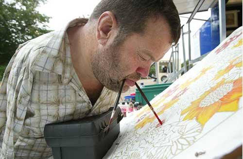 نقاشی های هنری از هنرمندان بدون دست