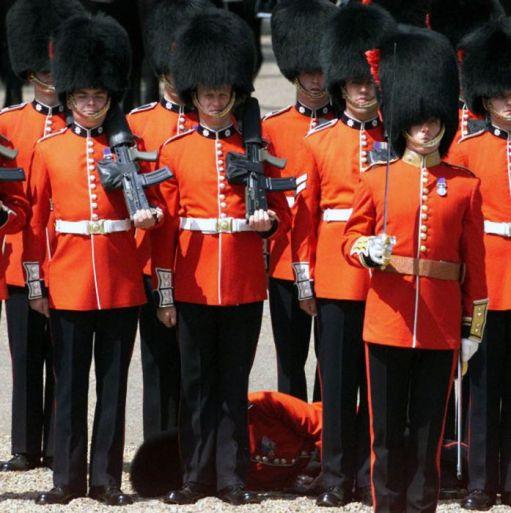 عکس های خنده دار از غش سربازان در مراسم رسمی