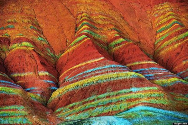 تصاویر خیره کننده از کوه های رنگین کمانی در چین