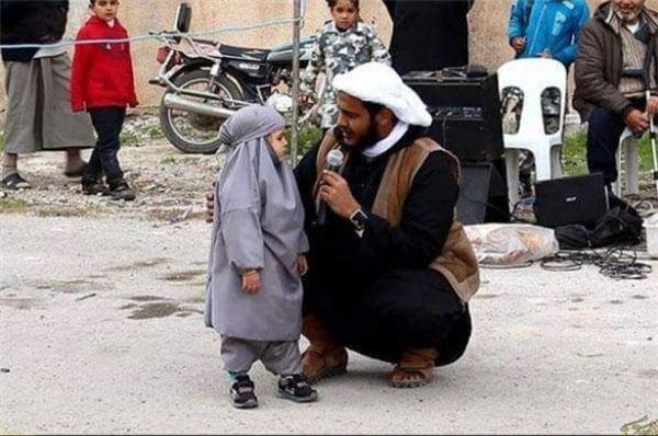 توبه دختر 4 ساله به زور داعشی ها (+عکس)