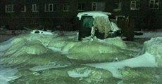 خیابانی که تبدیل به یک دریاچه یخی شد + عکس
