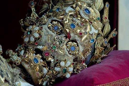 تصاویری از دفن اجسادی با لباس و جواهرات