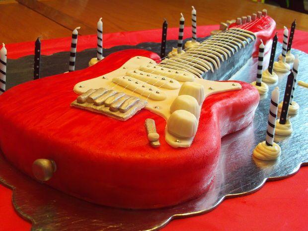 آموزش تزیین کیک به شکل گیتار (تصویری)