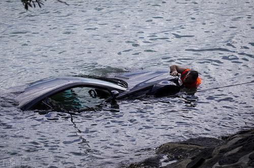 نجات زن حبس شده در ماشین از غرق شدن (عکس)