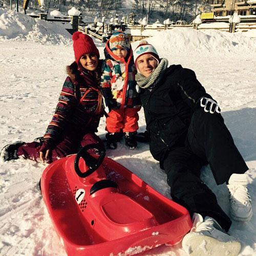 خوشگذرانی و برف بازی مسی با همسر و پسرش