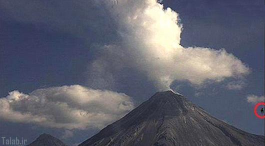 تصاویر شکارشده از بشقاب پرنده در کنار کوه آتشفشان