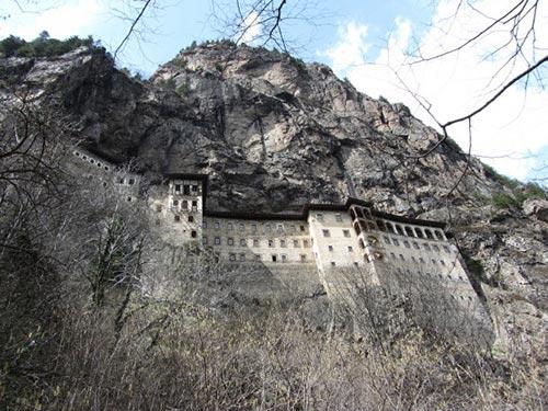 معبدی فوق العاده زیبا در بالای کوه + تصاویر