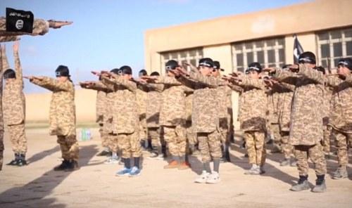 آموزش نظامی کودکان توسط داعش (+عکس)