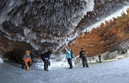 تصاویر دیدنی از کشف غارهای یخی زیبا در آمریکای شمالی