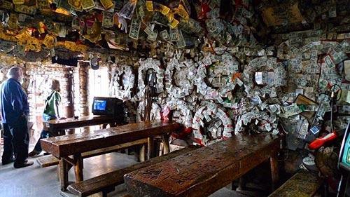 دکوراسیون جالب رستورانی که تماما از اسکناس است
