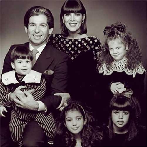 عکسی از کودکی کیم کارداشیان در کنار خانواده