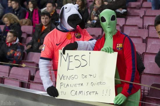 حضور آدم فضایی در ورزشگاه برای گرفتن پیراهن مسی