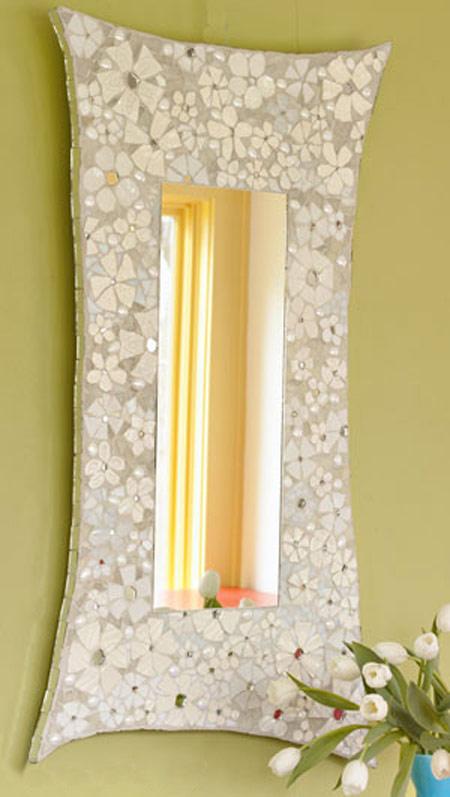 آینه ای زیبا با تکه های ظروف شکسته