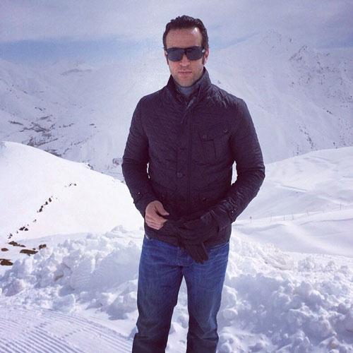 عکس علی کریمی در کوهستان برفی