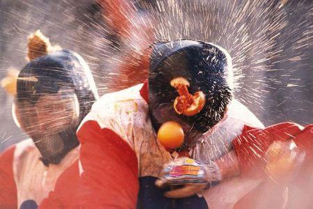 جنگ زن و مرد با پرتقال در ایتالیا + تصاویر