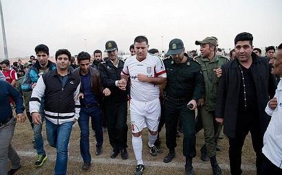 علی دایی در میان پلیس امنیتی + عکس