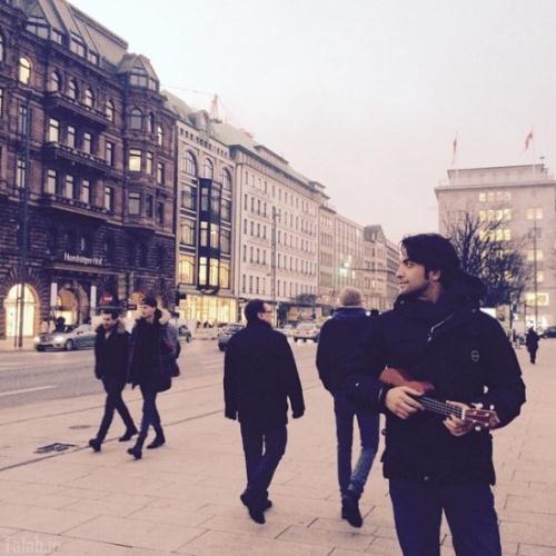 عکس جدید بنیامین در خیابانی در آلمان
