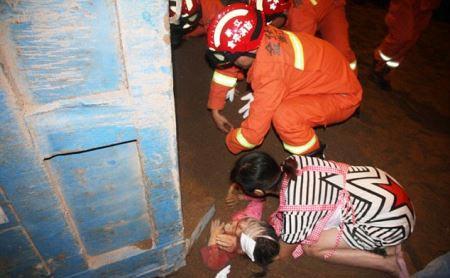 تصاویر مدفون شدن دختری ۴ ساله زیر ۱۱ تن شن و ماسه