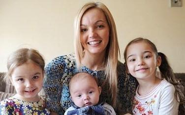 عجیب ترین مادر دنیا و دخترانش (عکس)