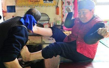 زنی که با پاهایش مو کوتاه میکند ! (+عکس)