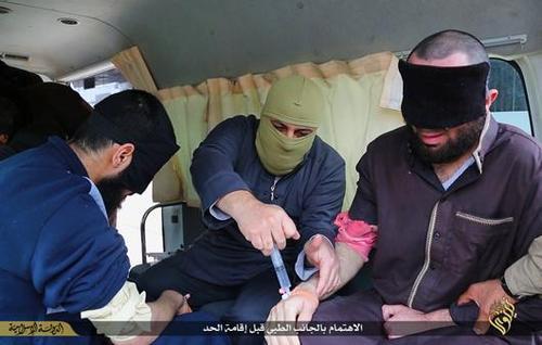 داعشی ها و قطع کردن دست جوانان عراقی (عکس)
