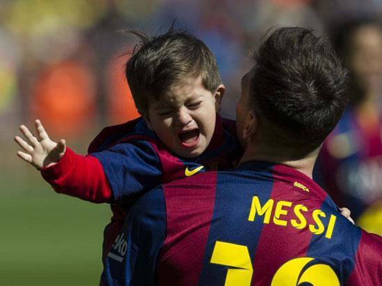 تصاویر گریه کردن پسر مسی در نیوکمپ