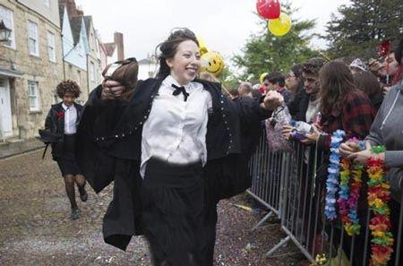 جشن جالب دانشجویان بعد از آخرین امتحان ( عکس)