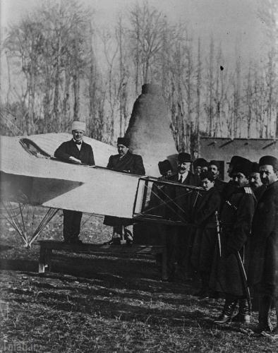 احمدشاه در کنار اولین هواپیمای ایران (عکس)