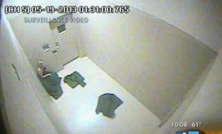 برهنه کردن دختر 32 ساله برای تفتیش توسط پلیس (عکس)