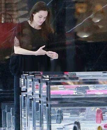 انجلینا جولی در یک کفش فروشی بدون آرایش (+عکس)