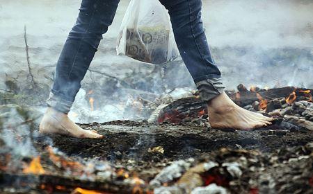 عکس های جالب از فستیوال راه رفتن روی آتش