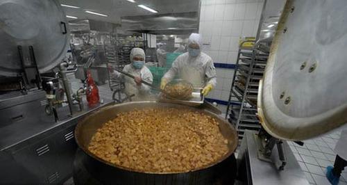 محل تهیه غذا برای قطارها در چین ( تصویری)