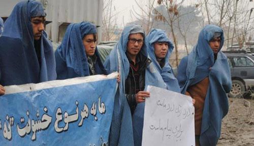 مردانی که در حمایت از زنان چادر به سر کردند + عکس
