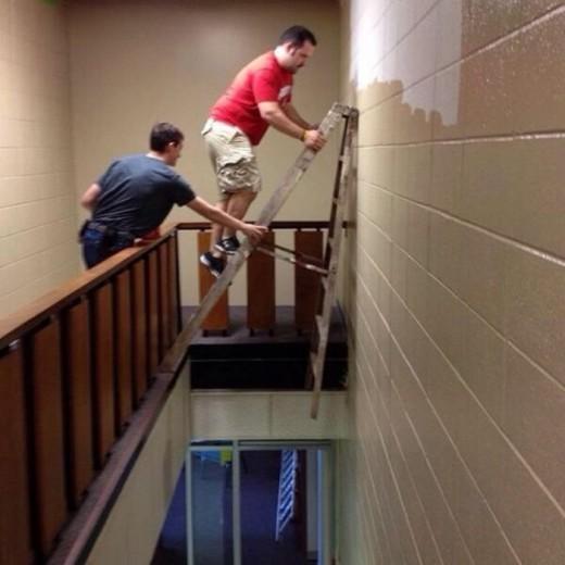 عکس هایی طنز از خطرناک ترین کارهای انسان ها