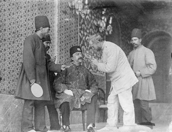 عکس کمیاب از معاینه دندان ناصرالدین شاه
