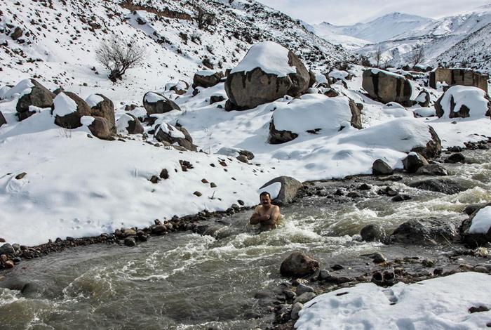 شنای مرد یخی 52 ساله در رودخانه یخ زده سبلان + عکس