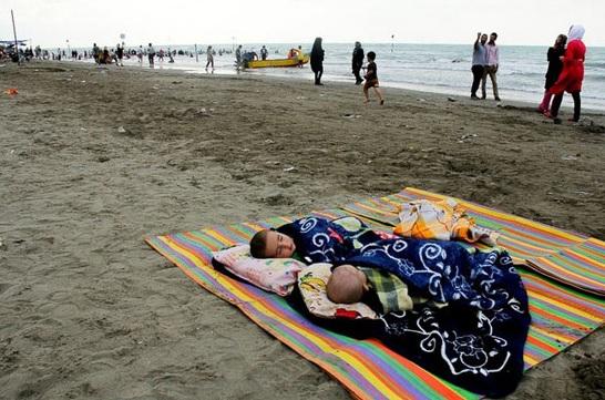 عکس هایی از شنای ایرانیان در دریای مازندران
