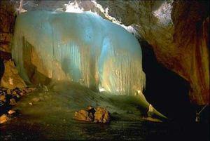 غار یخی چما زیبا در چهارمحال و بختیار + تصاویر