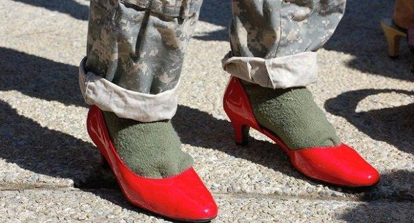 وقتی سربازان آمریکایی کفش پاشنه بلند زنانه می پوشند!