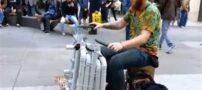 هنرمندی که با لنگ کفش خود تار می زند !
