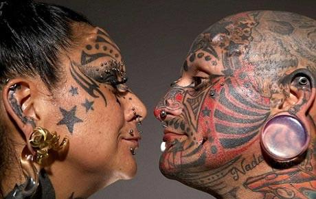زن و شوهری که شبیه شیطان هستند + عکس