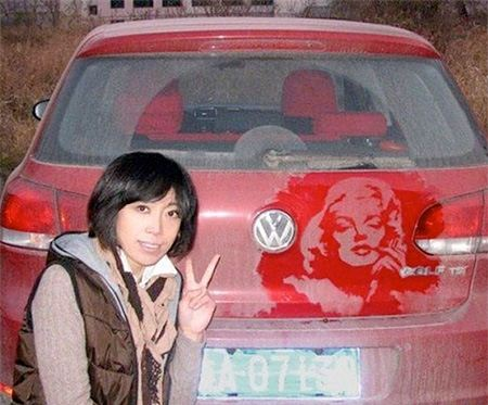 نقاشی چهره مریلین مونرو بر روی ماشین خاکی
