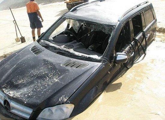 غرق شدن خودروی سنگین در ساحل دریا + تصاویر