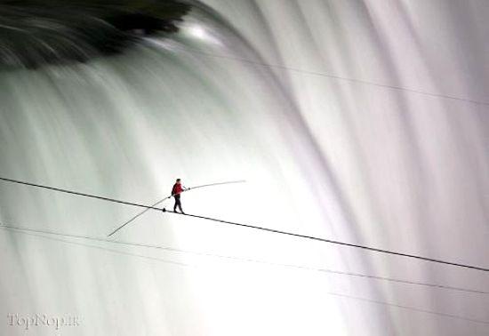 تصاویری از بندبازی جالب روی آبشار نیاگارا