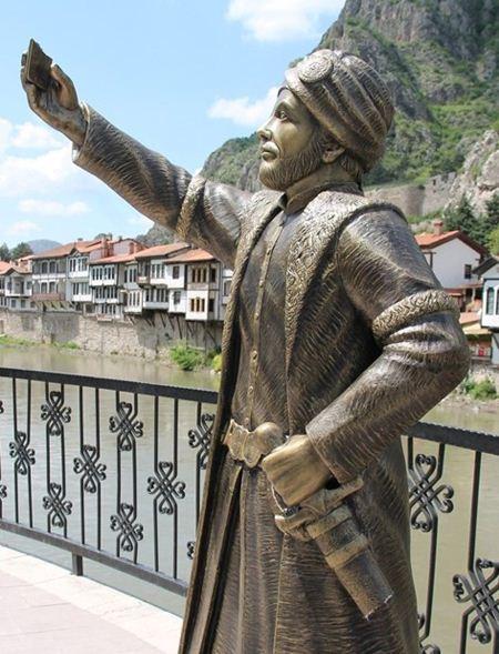 مجسمه ای در ترکیه که از خودش سلفی می گیرد + عکس