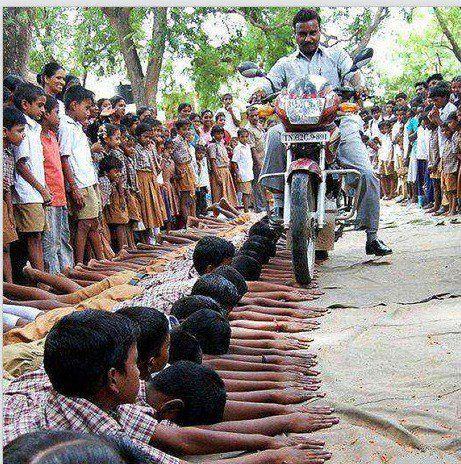 تنبیه عجیب معلم هندی + عکس